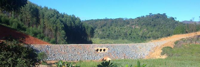 Aterro compactado e drenagem, obra realizada Hidroelétrica Pipoca