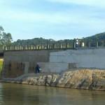 Ponte em concreto, obra realizada sobre o  rio Manhuaçu.